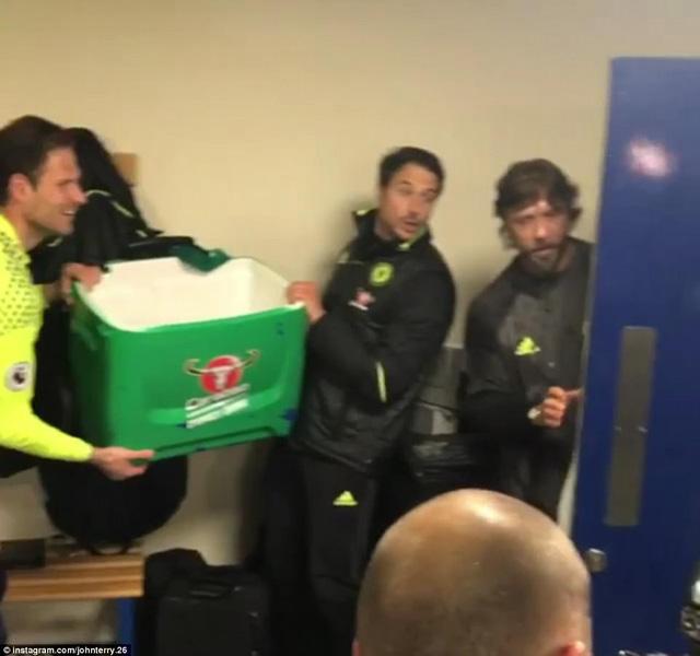 HLV Conte bị dàn sao Chelsea chơi xỏ trong ngày ăn mừng chức vô địch - Ảnh 2.