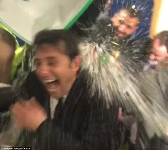 HLV Conte bị dàn sao Chelsea chơi xỏ trong ngày ăn mừng chức vô địch - Ảnh 4.