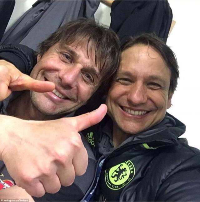 HLV Conte bị dàn sao Chelsea chơi xỏ trong ngày ăn mừng chức vô địch - Ảnh 10.