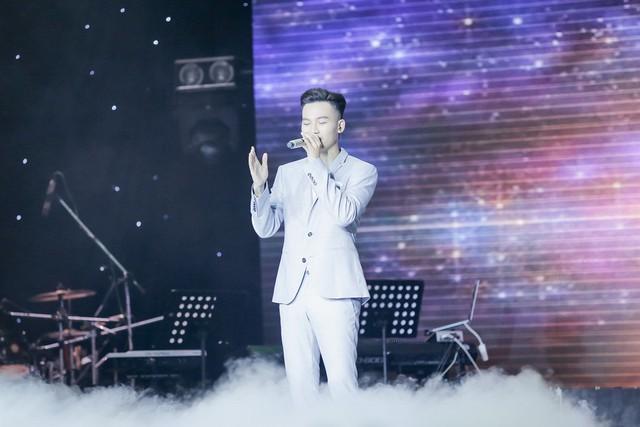 Giọng hát Việt 2017: Hotboy Ali Hoàng Dương khiến khán giả rớt nước mắt khi hát về trẻ em - Ảnh 1.