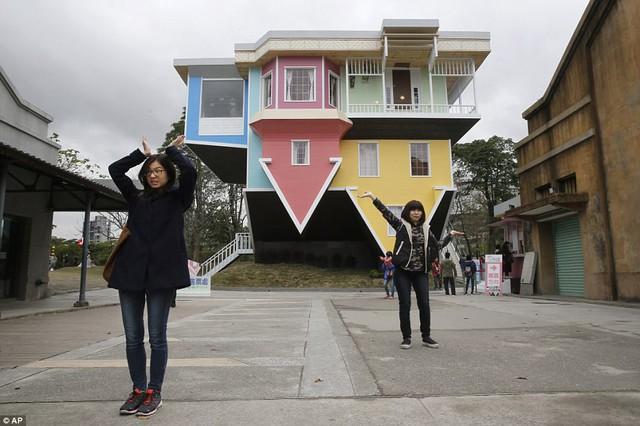 Nhũng ngôi nhà lộn ngược nổi tiếng thế giới - Ảnh 9.