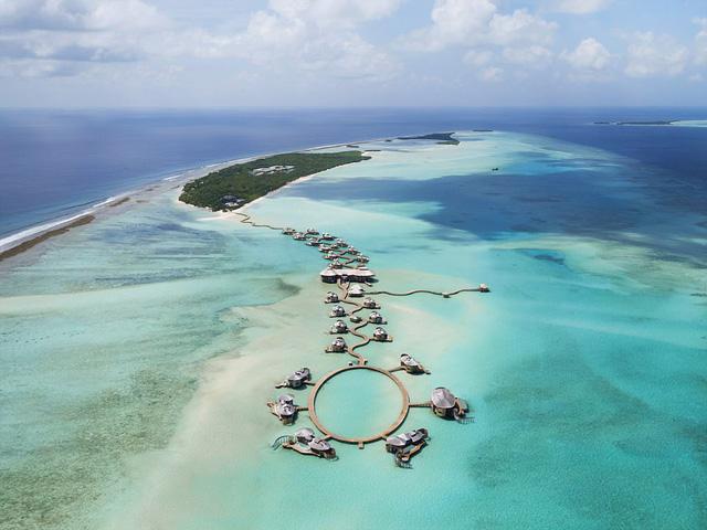 Xem phim, ăn tối giữa mênh mông biển trời Maldives - Ảnh 1.