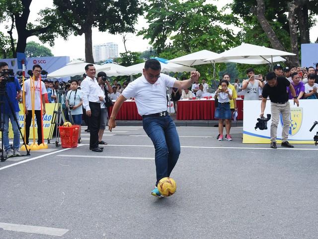 Người dân Hà Nội hứng khởi với Ngày hội bóng đá đường phố lần đầu tiên trên phố đi bộ - Ảnh 1.