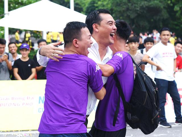 Người dân Hà Nội hứng khởi với Ngày hội bóng đá đường phố lần đầu tiên trên phố đi bộ - Ảnh 2.