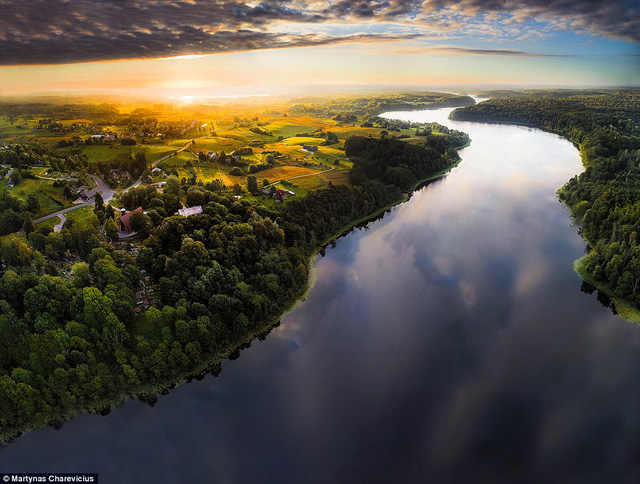 Litva đẹp ngỡ ngàng với góc chụp từ trên cao - Ảnh 1.