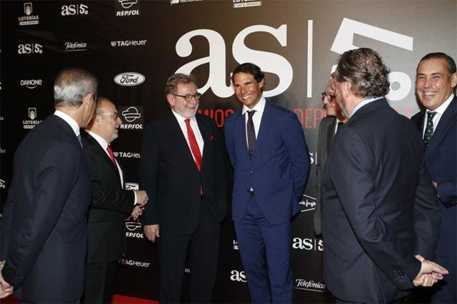 Nadal cười tít mắt nhận danh hiệu từ tay Hoàng hậu - Ảnh 2.