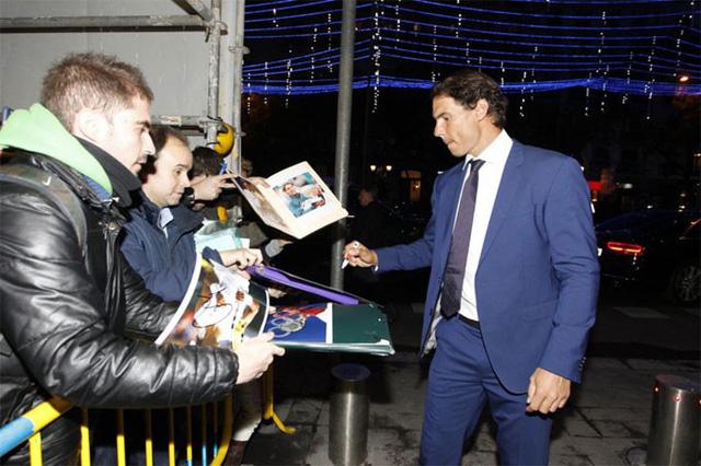 Nadal cười tít mắt nhận danh hiệu từ tay Hoàng hậu - Ảnh 1.