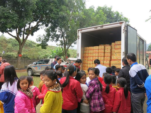 Quỹ tấm lòng Việt trao tặng học bổng cho các em học sinh ở Thanh Hóa - Ảnh 1.