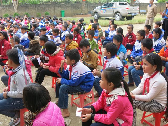 Quỹ tấm lòng Việt trao tặng học bổng cho các em học sinh ở Thanh Hóa - Ảnh 2.