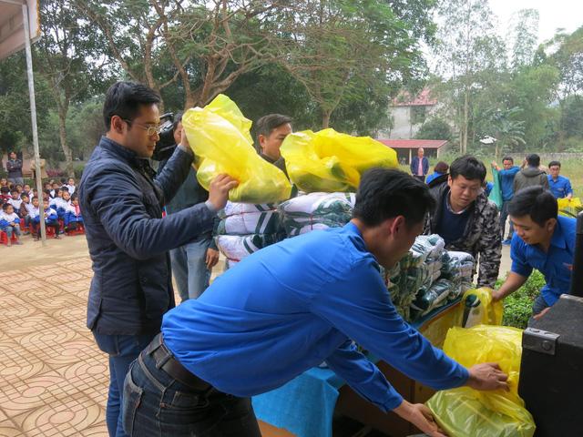 Quỹ tấm lòng Việt trao tặng học bổng cho các em học sinh ở Thanh Hóa - Ảnh 12.
