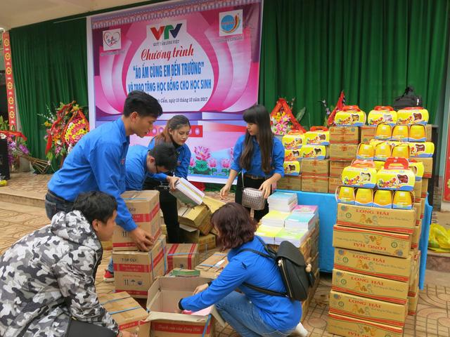 Quỹ tấm lòng Việt trao tặng học bổng cho các em học sinh ở Thanh Hóa - Ảnh 15.