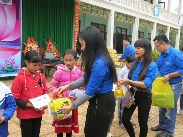Quỹ tấm lòng Việt trao tặng học bổng cho các em học sinh ở Thanh Hóa - Ảnh 16.