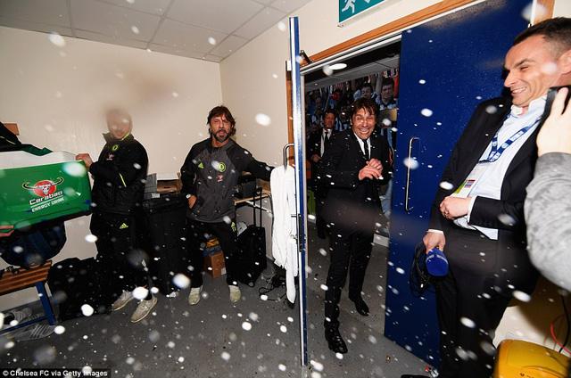HLV Conte bị dàn sao Chelsea chơi xỏ trong ngày ăn mừng chức vô địch - Ảnh 3.