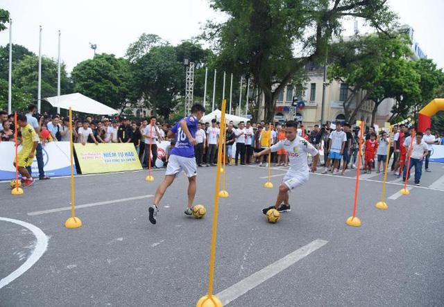 Người dân Hà Nội hứng khởi với Ngày hội bóng đá đường phố lần đầu tiên trên phố đi bộ - Ảnh 3.