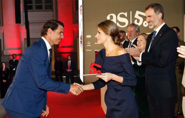 Nadal cười tít mắt nhận danh hiệu từ tay Hoàng hậu - Ảnh 3.