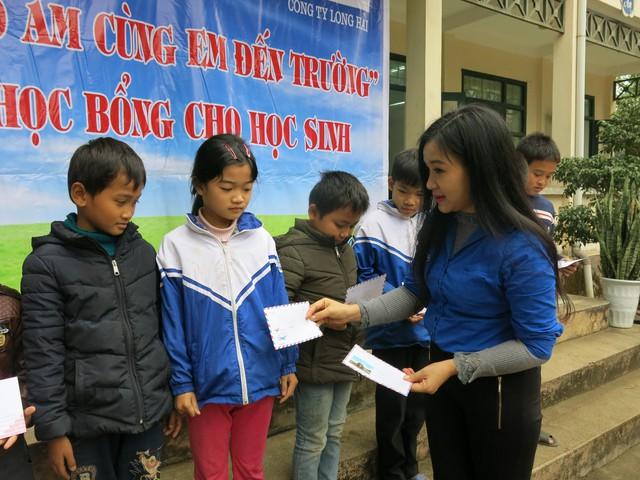 Quỹ tấm lòng Việt trao tặng học bổng cho các em học sinh ở Thanh Hóa - Ảnh 3.