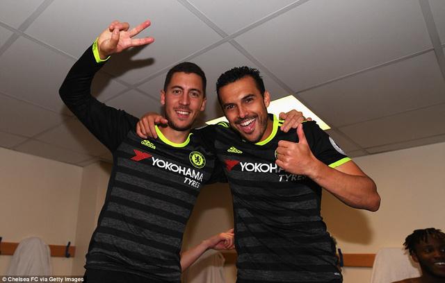 HLV Conte bị dàn sao Chelsea chơi xỏ trong ngày ăn mừng chức vô địch - Ảnh 13.