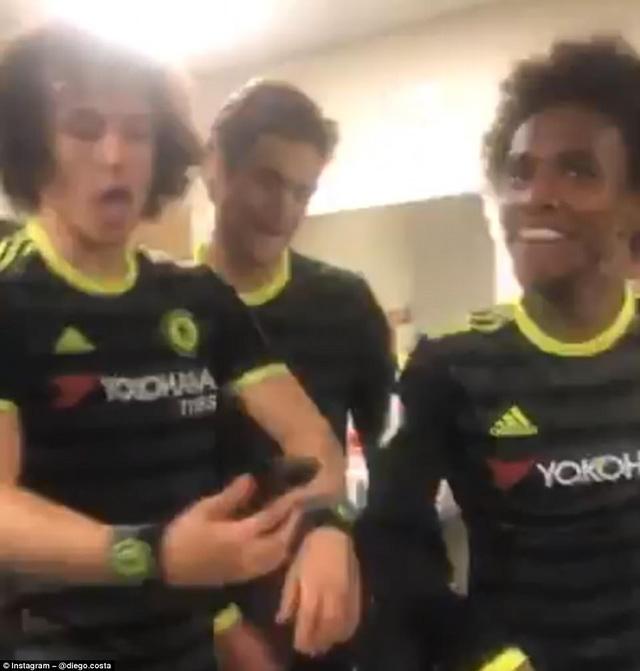 HLV Conte bị dàn sao Chelsea chơi xỏ trong ngày ăn mừng chức vô địch - Ảnh 16.