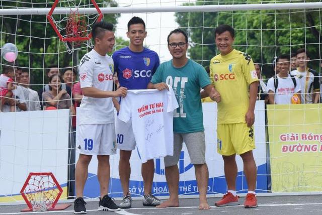 Người dân Hà Nội hứng khởi với Ngày hội bóng đá đường phố lần đầu tiên trên phố đi bộ - Ảnh 4.