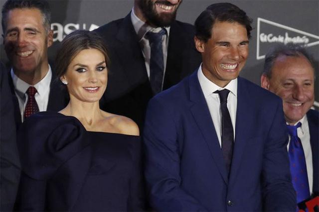 Nadal cười tít mắt nhận danh hiệu từ tay Hoàng hậu - Ảnh 4.