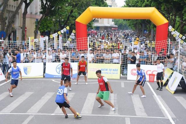 Người dân Hà Nội hứng khởi với Ngày hội bóng đá đường phố lần đầu tiên trên phố đi bộ - Ảnh 5.
