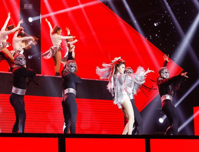 Tung ca khúc mới, Bảo Thy liều lĩnh nhảy trên băng chuyền khiến khán giả thót tim - Ảnh 3.