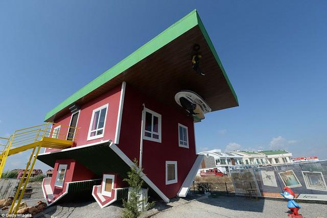 Nhũng ngôi nhà lộn ngược nổi tiếng thế giới - Ảnh 12.