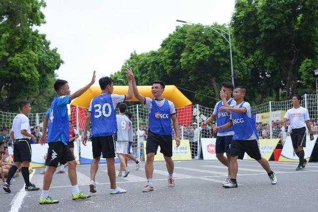 Người dân Hà Nội hứng khởi với Ngày hội bóng đá đường phố lần đầu tiên trên phố đi bộ - Ảnh 6.