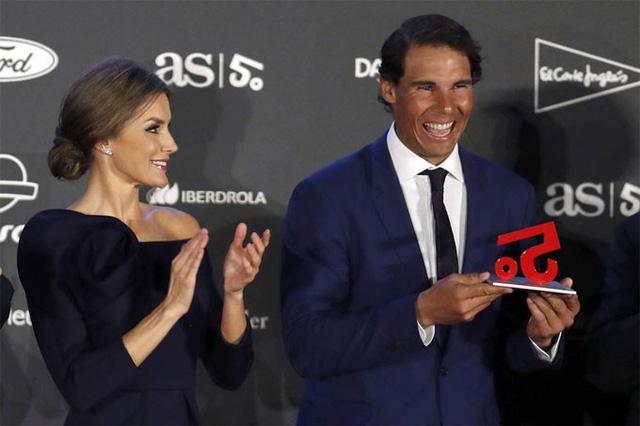 Nadal cười tít mắt nhận danh hiệu từ tay Hoàng hậu - Ảnh 5.