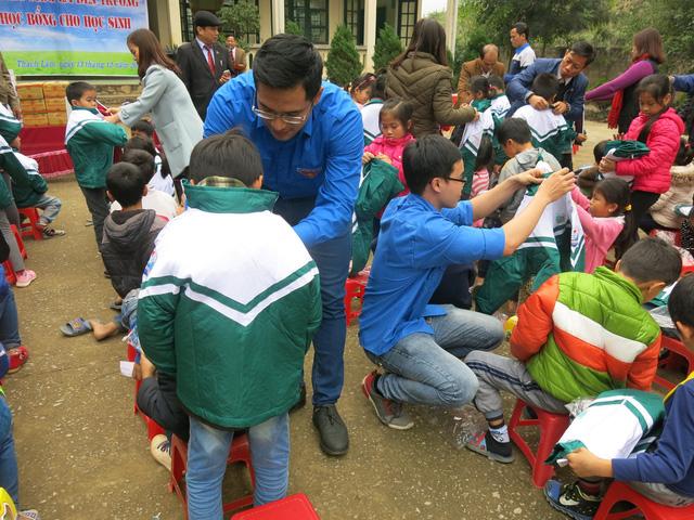 Quỹ tấm lòng Việt trao tặng học bổng cho các em học sinh ở Thanh Hóa - Ảnh 7.