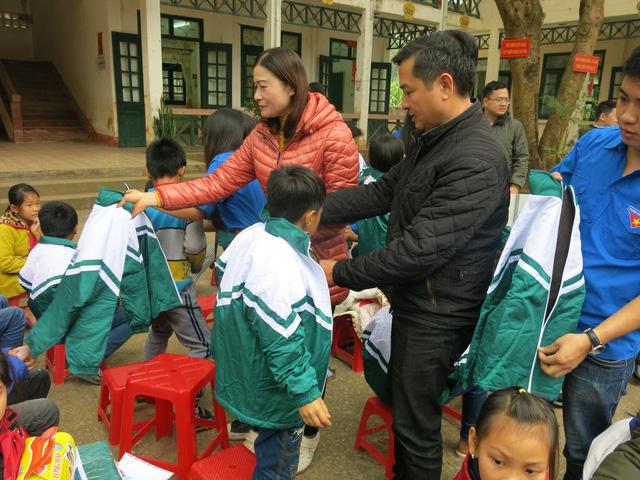 Quỹ tấm lòng Việt trao tặng học bổng cho các em học sinh ở Thanh Hóa - Ảnh 8.