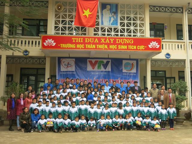 Quỹ tấm lòng Việt trao tặng học bổng cho các em học sinh ở Thanh Hóa - Ảnh 9.