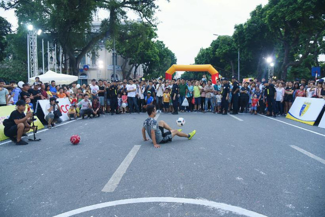 Người dân Hà Nội hứng khởi với Ngày hội bóng đá đường phố lần đầu tiên trên phố đi bộ - Ảnh 10.