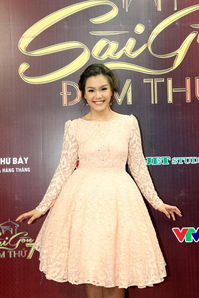 Sài Gòn đêm thứ 7: Phương Vy nổi bật với đầm ren ngọt ngào - Ảnh 1.