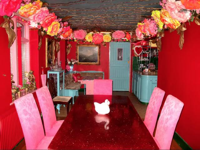 Ngỡ ngàng căn nhà được hô biến thành thế giới của búp bê Barbie - Ảnh 2.