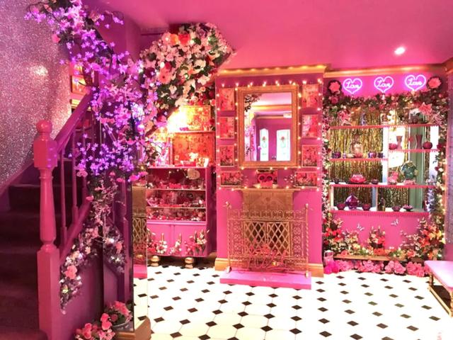 Ngỡ ngàng căn nhà được hô biến thành thế giới của búp bê Barbie - Ảnh 1.