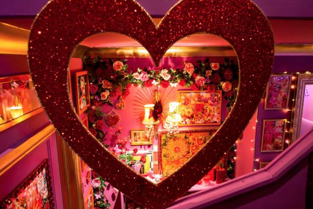 Ngỡ ngàng căn nhà được hô biến thành thế giới của búp bê Barbie - Ảnh 3.