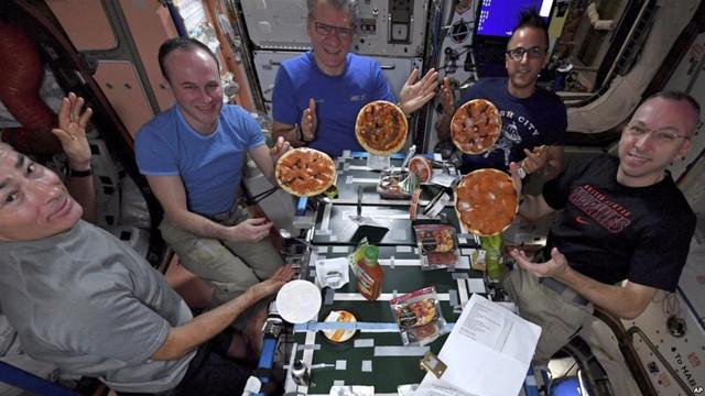 Tiệc pizza trên trạm vũ trụ - Ảnh 1.