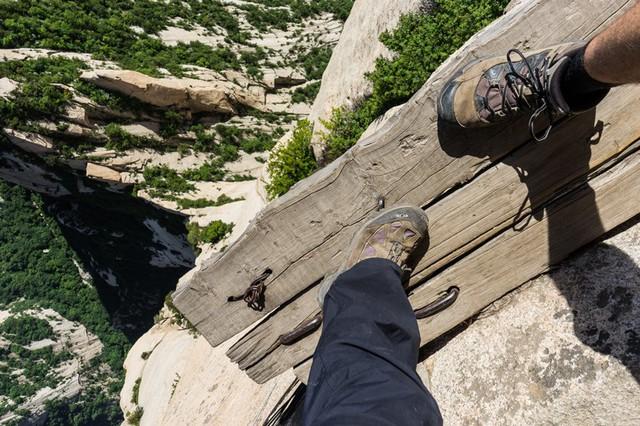 Núi Hoa Sơn - Con đường nguy hiểm nhất thế giới trên ván gỗ - Ảnh 6.