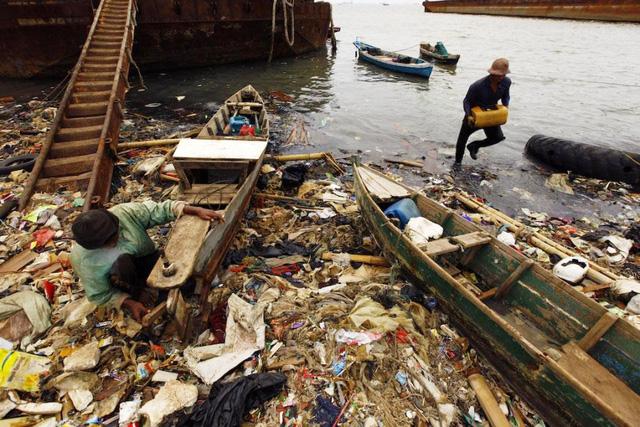 8 triệu tấn rác thải nhựa đổ ra đại dương mỗi năm - Ảnh 2.