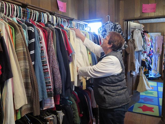 Trao đổi quần áo cũ - Xu hướng mua sắm mùa COVID-19 - Ảnh 1.