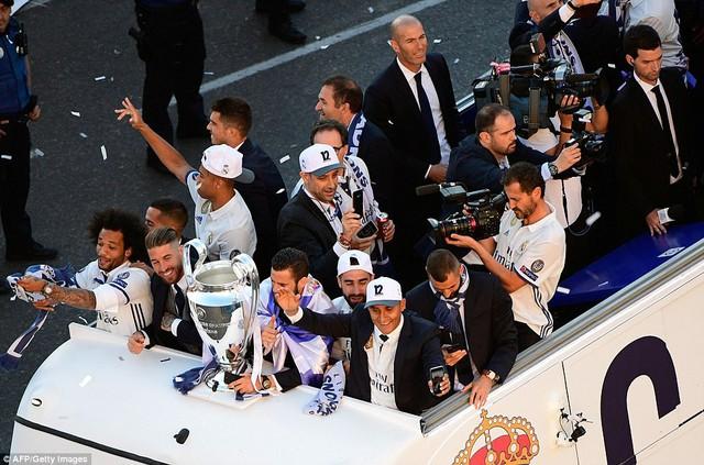 Chùm ảnh: Biển người chào đón chức vô địch của Real Madrid tại quê nhà - Ảnh 16.