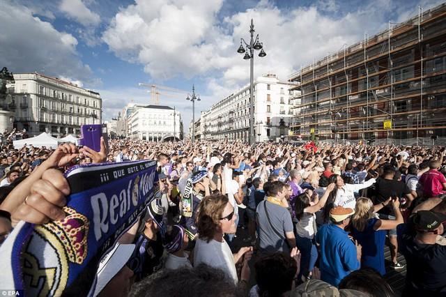 Chùm ảnh: Biển người chào đón chức vô địch của Real Madrid tại quê nhà - Ảnh 7.