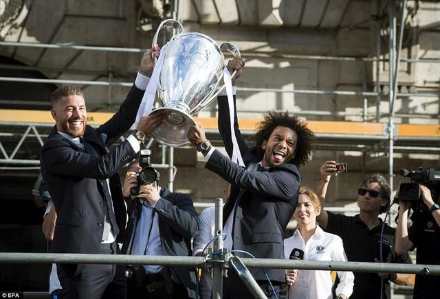 Chùm ảnh: Biển người chào đón chức vô địch của Real Madrid tại quê nhà - Ảnh 9.