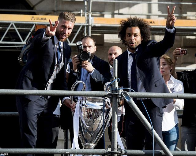 Chùm ảnh: Biển người chào đón chức vô địch của Real Madrid tại quê nhà - Ảnh 10.