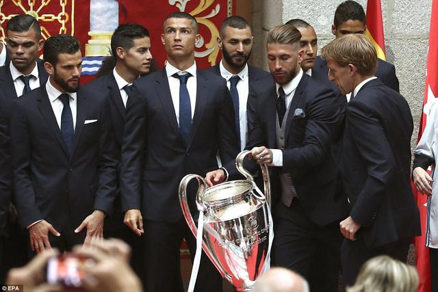 Chùm ảnh: Biển người chào đón chức vô địch của Real Madrid tại quê nhà - Ảnh 14.