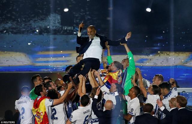 Chùm ảnh: Biển người chào đón chức vô địch của Real Madrid tại quê nhà - Ảnh 20.