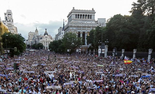 Chùm ảnh: Biển người chào đón chức vô địch của Real Madrid tại quê nhà - Ảnh 5.