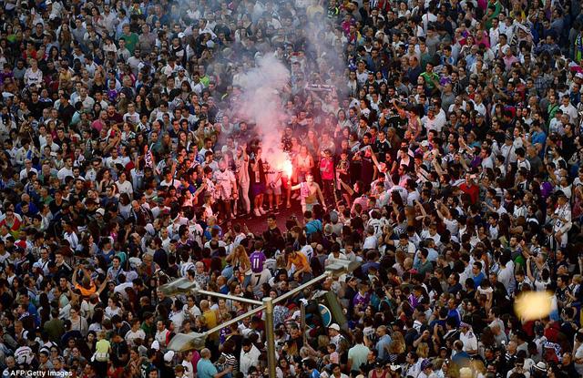 Chùm ảnh: Biển người chào đón chức vô địch của Real Madrid tại quê nhà - Ảnh 6.