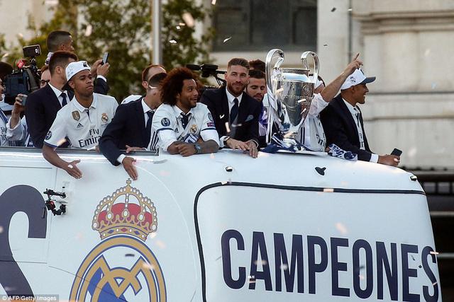 Chùm ảnh: Biển người chào đón chức vô địch của Real Madrid tại quê nhà - Ảnh 2.